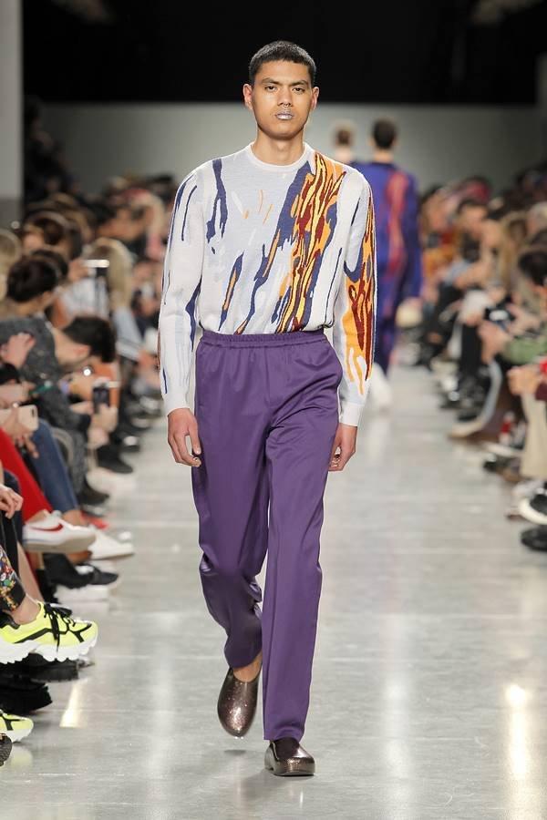 Modelo na passarela com calça de cintura alta