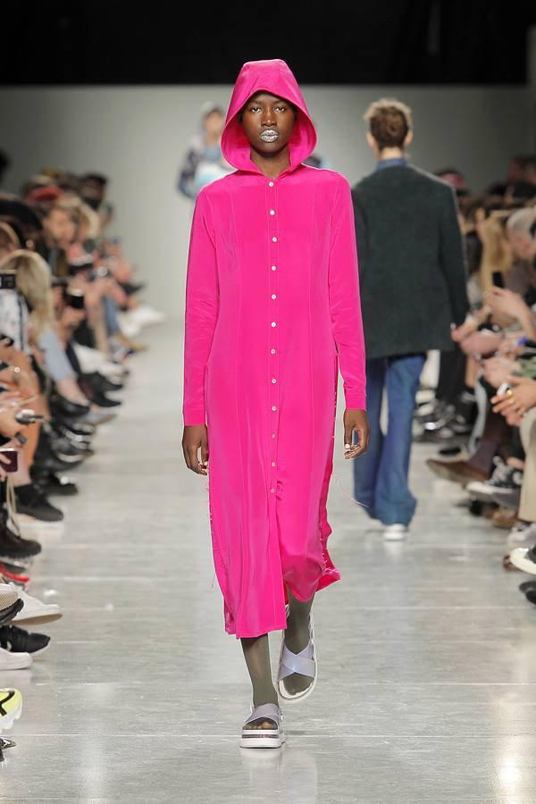 Modelo na passarela com vestido de capuz