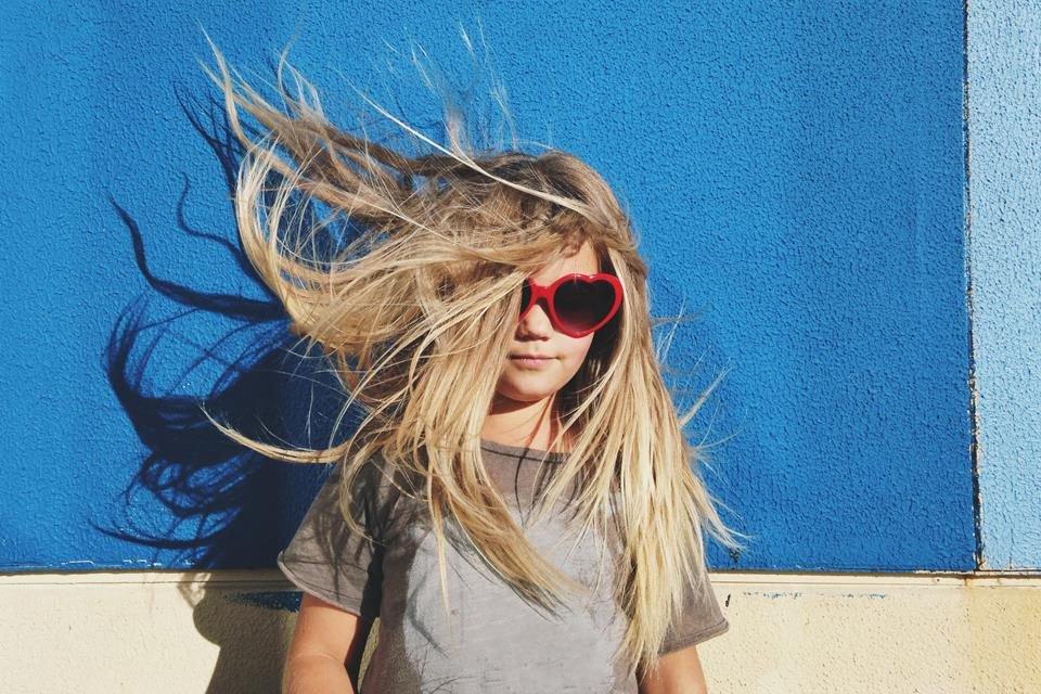 Criança cabelos ao vento