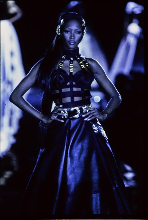 Naomi Campbell no desfile de outono/inverno 1992 da Versace