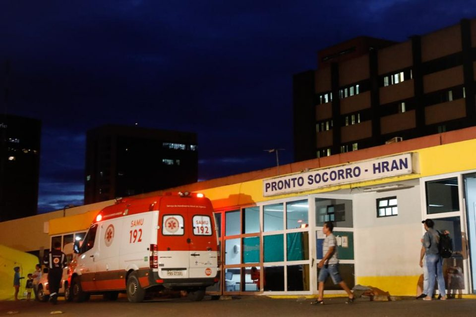 Ambulância na entrada do Hospital Regional da Asa Norte (Hran)