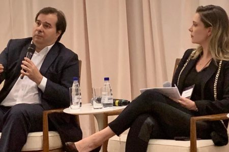 Presidente da Câmara, Rodrigo Maia, sentado ao lado da presidente da ONG Todos Pela Educação, Priscila Cruz, em evento de 2019