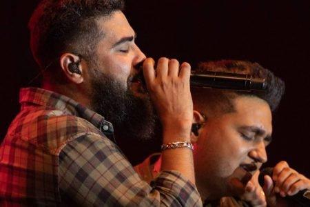 Henrique & Juliano cantando no palco