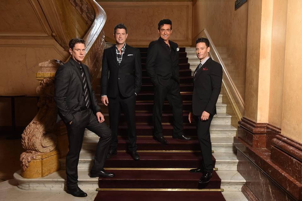 Quarteto Il Divo sobre uma escada