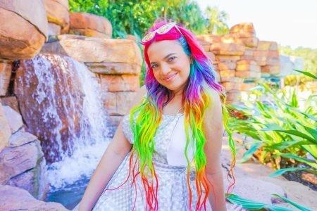 anna-layza-em-frente-a-cachoeira