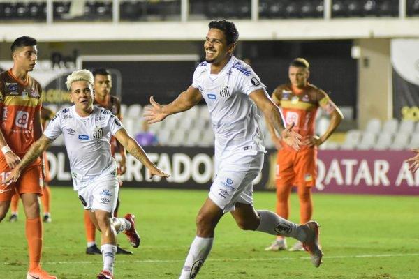 Lucas Veríssimo comemorando gol ao lado de Soteldo