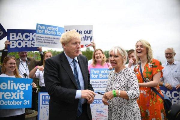 Ministra da Saúde do Reino Unido, Nadine Dorries, com primeiro-ministro Boris Johnson
