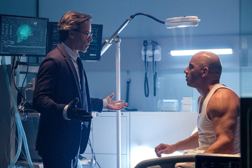 Guy Pearce e Vin Diesel conversando em uma cena do filme Bloodshot
