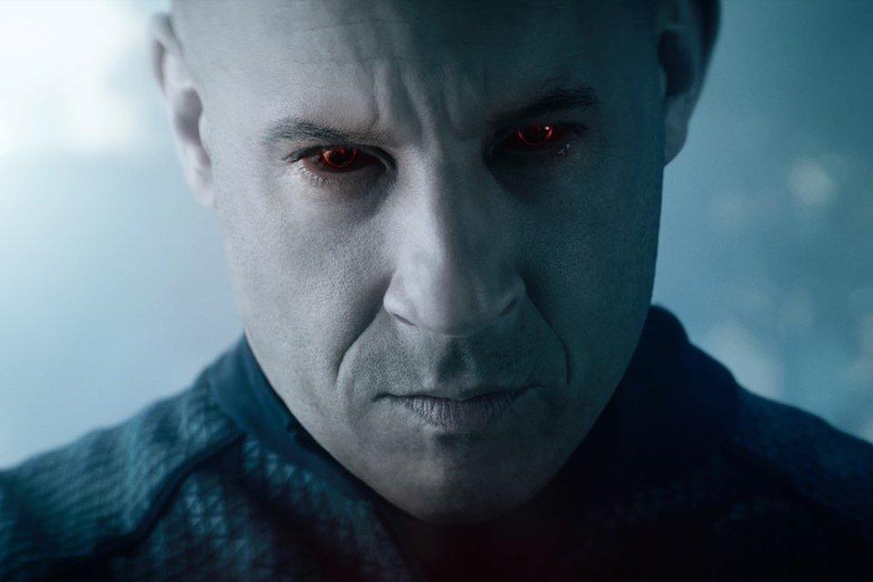 Vin Diesel de olhos vermelhos no filme Bloodshot