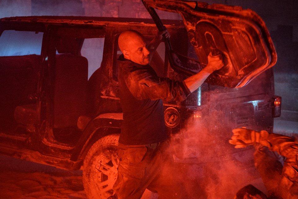 Vin Diesel arrancando uma porta em Bloodshot
