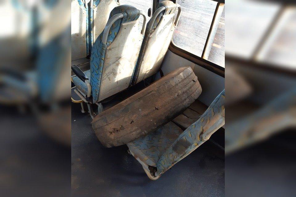 Pneu de ônibus colocado sobre cadeira do coletivo