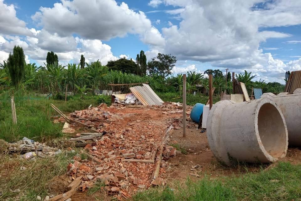 restos de demolição em terreno