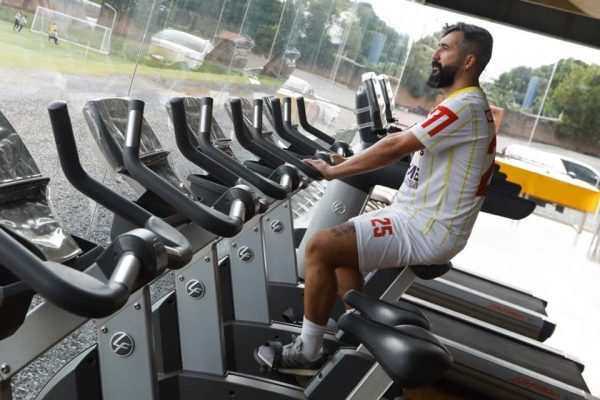 Douglas na bicicleta com a camisa do Brasiliense
