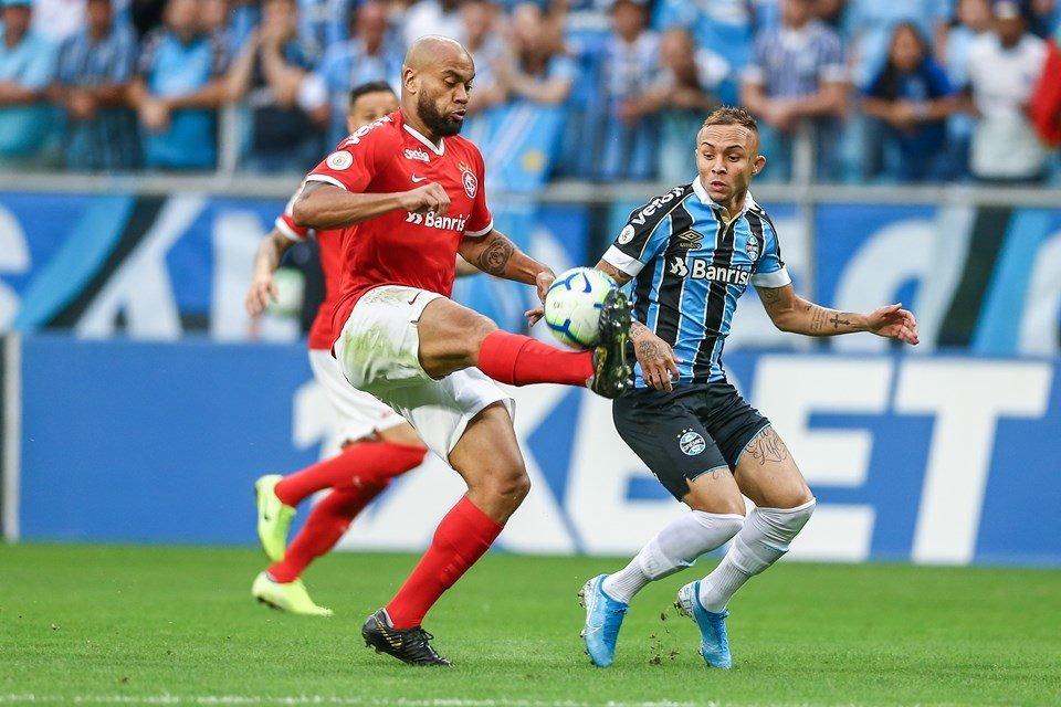 Rodrigo Moledo e Everton Cebolinha disputando bola