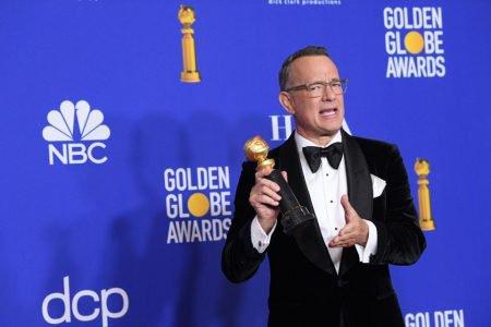Tom Hanks segura prêmio no Globo de Ouro