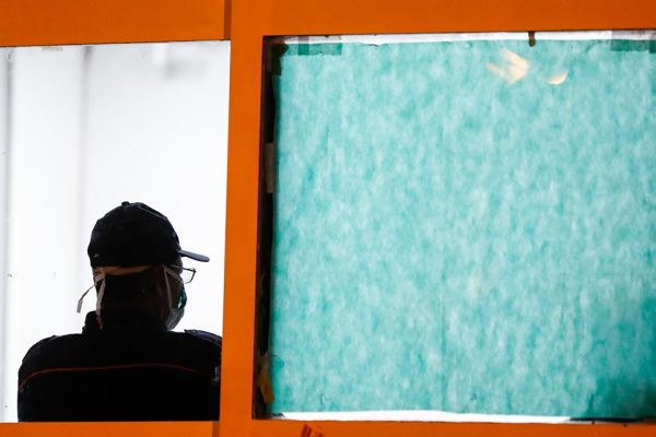 Homem de costas para uma janela no Hospital Regional da Asa Norte