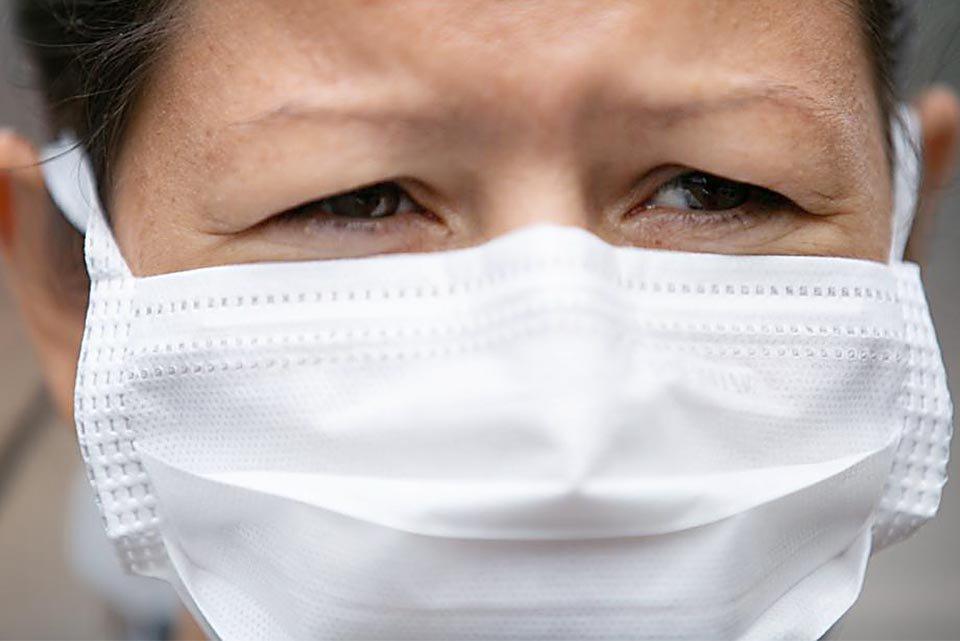 Mulher com mascara de proteção contra o coronavirus