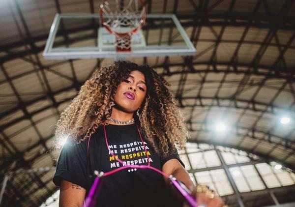 mulher em quadra de basquete