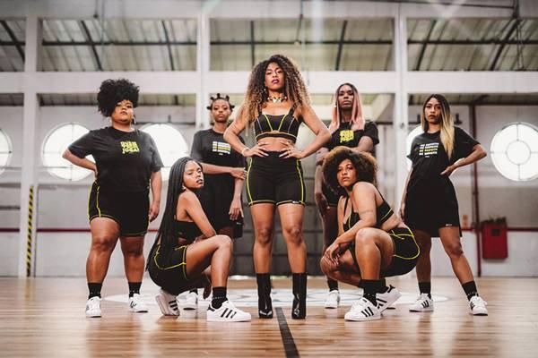 mulheres em quadra de basquete