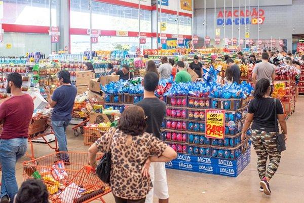 consumidores fazem longas filas no supermercado