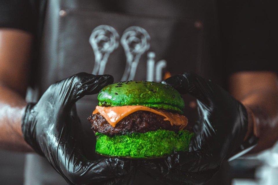 Hambúrguer verde do Don Vitório para o Dia de São Patrício