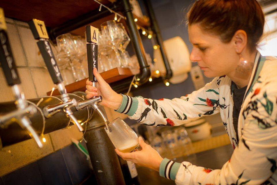 Marina Cavechia serve um chope no Teta Cheese Bar