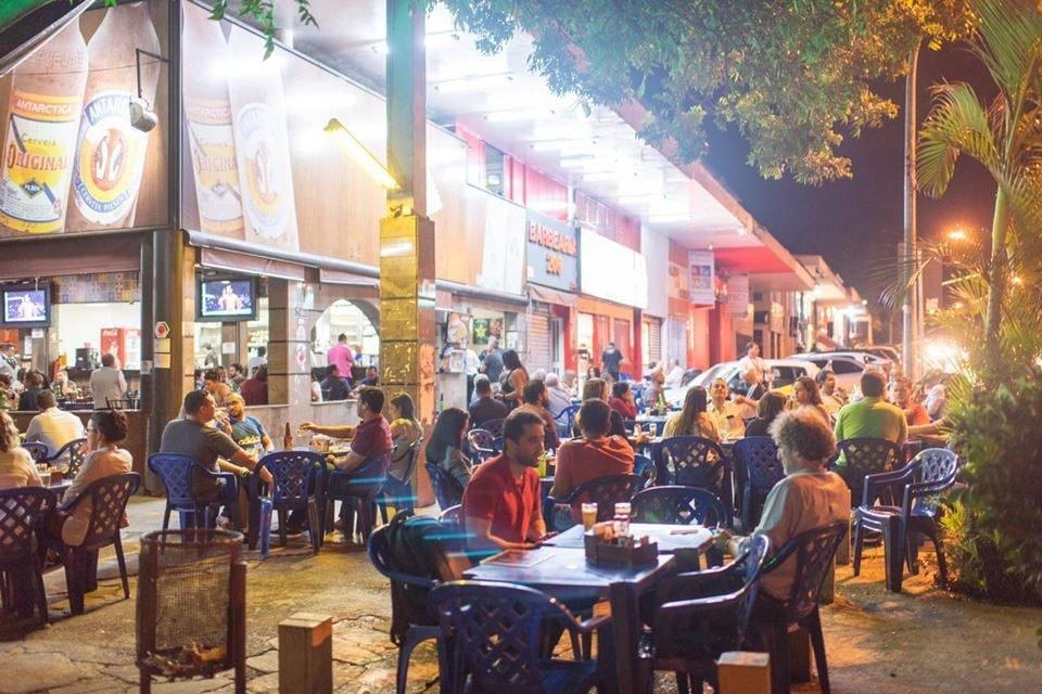 Mesas em área externa de bar da Asa Sul
