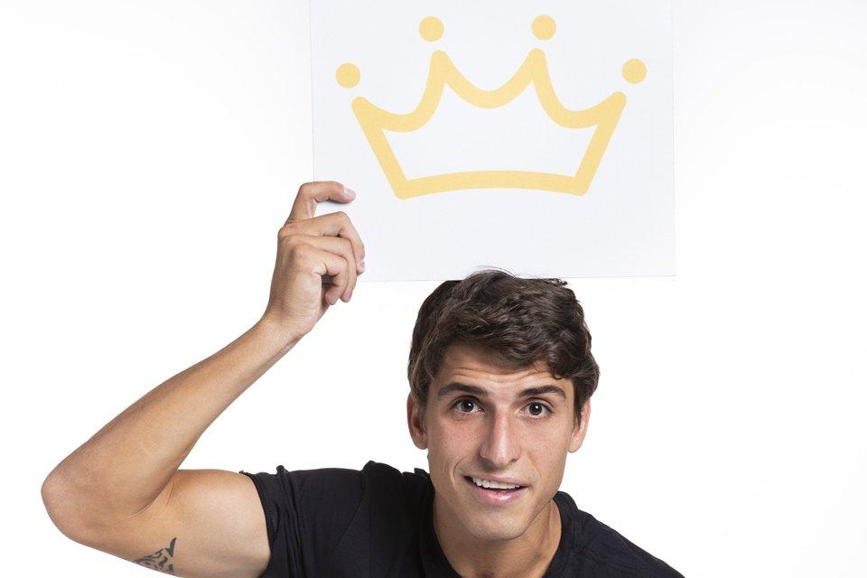 Imagem de Prior, do BBB20, com a coroa de Líder