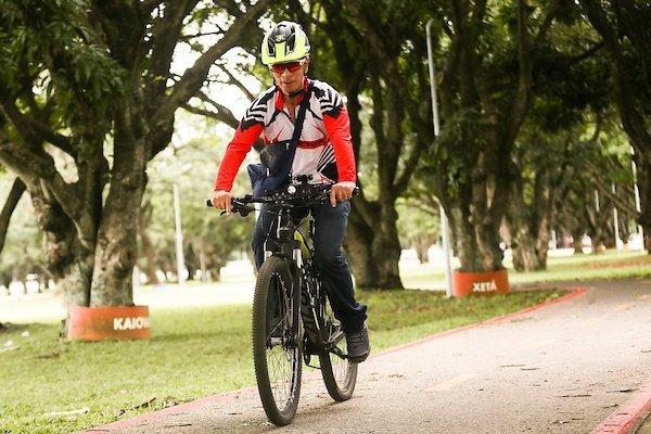 Homem de capacete em sua bicicleta