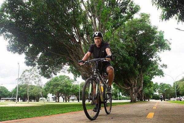 Homem anda de bicicleta em ciclovia