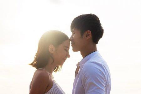 Casal se beijando na testa
