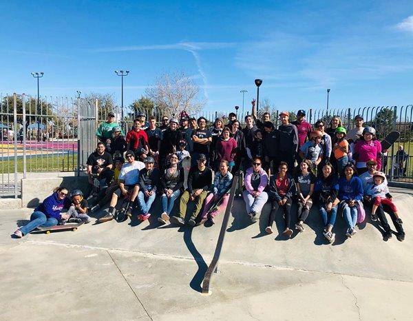 Pessoas em foto da Fundação A.skate