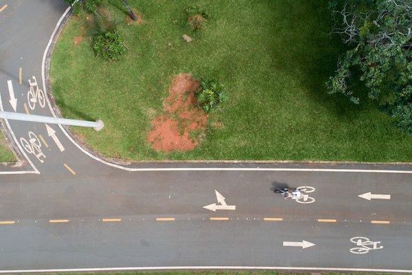 Mulher anda de bicicleta em ciclovia no Parque da Cidade