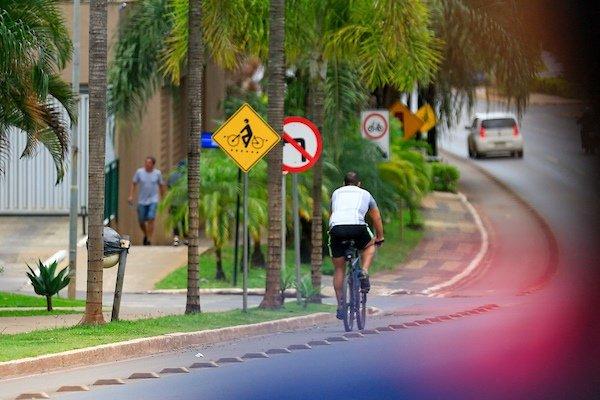 Ciclistas pedalam por ciclovia em Águas Claras