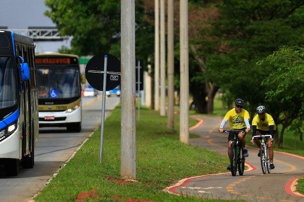 ciclistas pedalam por ciclovia na EPTG
