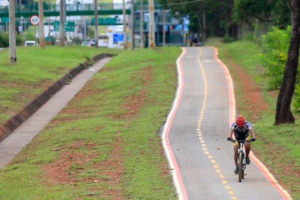 Ciclista pedala em ciclovia na EPTG