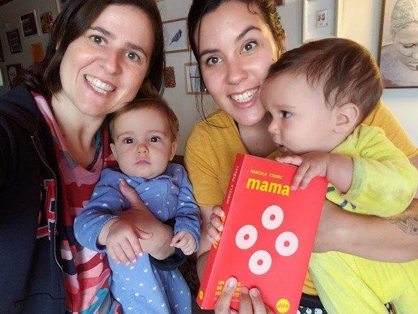 O casal e os filhos segurando o livro