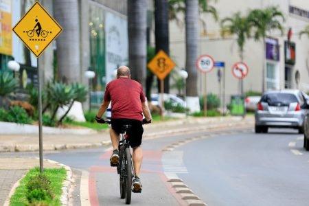 Homem anda de bicicleta em ciclovia de Águas Claras
