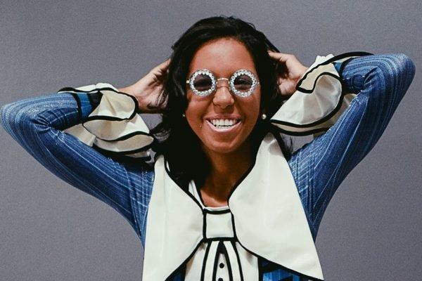 Influenciadora negra Natália Santos posa com fantasia de carnaval