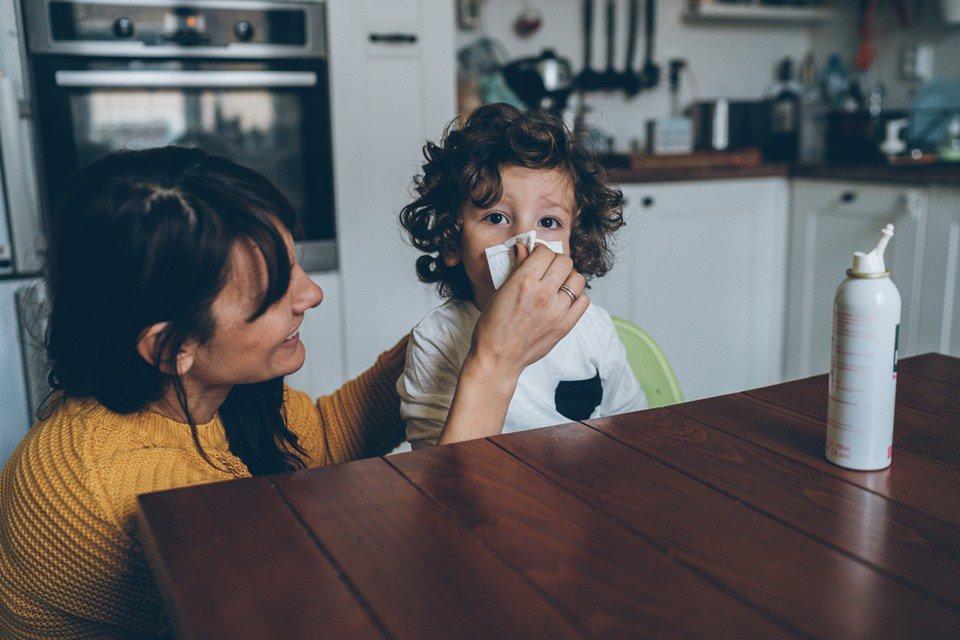 Mãe cuidado da gripe do filho