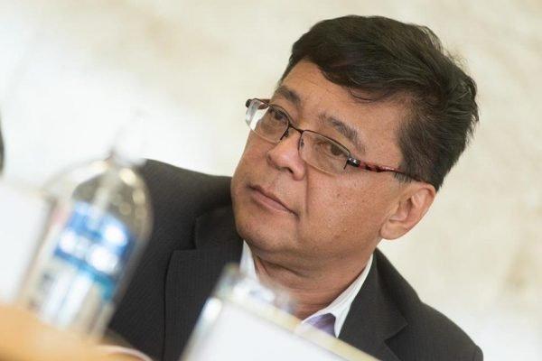 Secretário de Saúde concede coletiva com tubo de álcool em gel na mesa