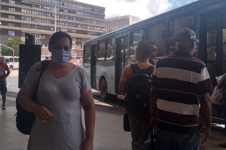 Passageiros do DF usam máscaras para se proteger do coronavírus