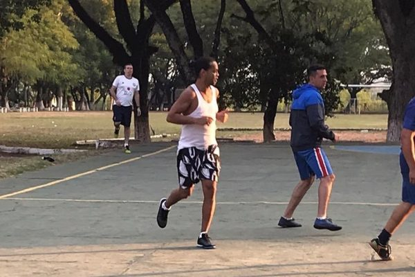Ronaldinho joga futsal na prisão