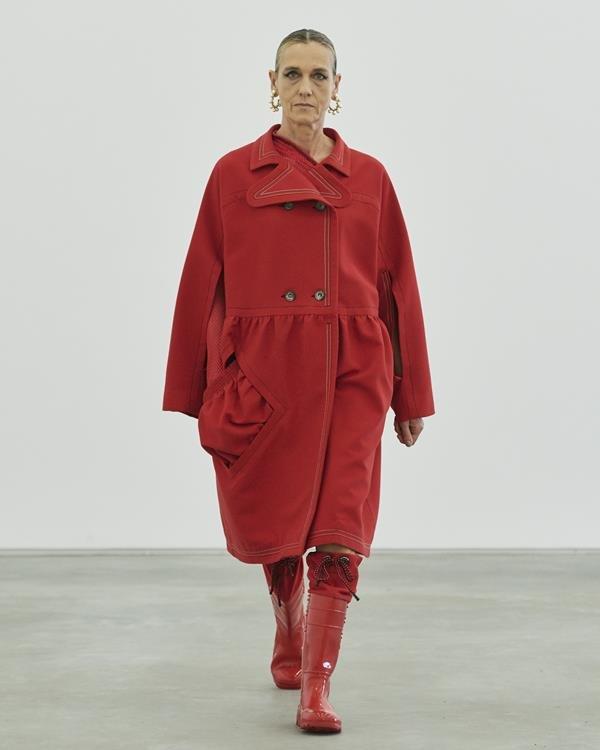 Modelo com peças femininas da coleção 01-2020 da À La Garçonne