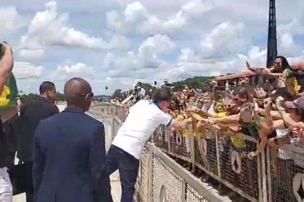 Bolsonaro cumprimenta apoiadores em frente ao Planalto durante atos de 15 de março