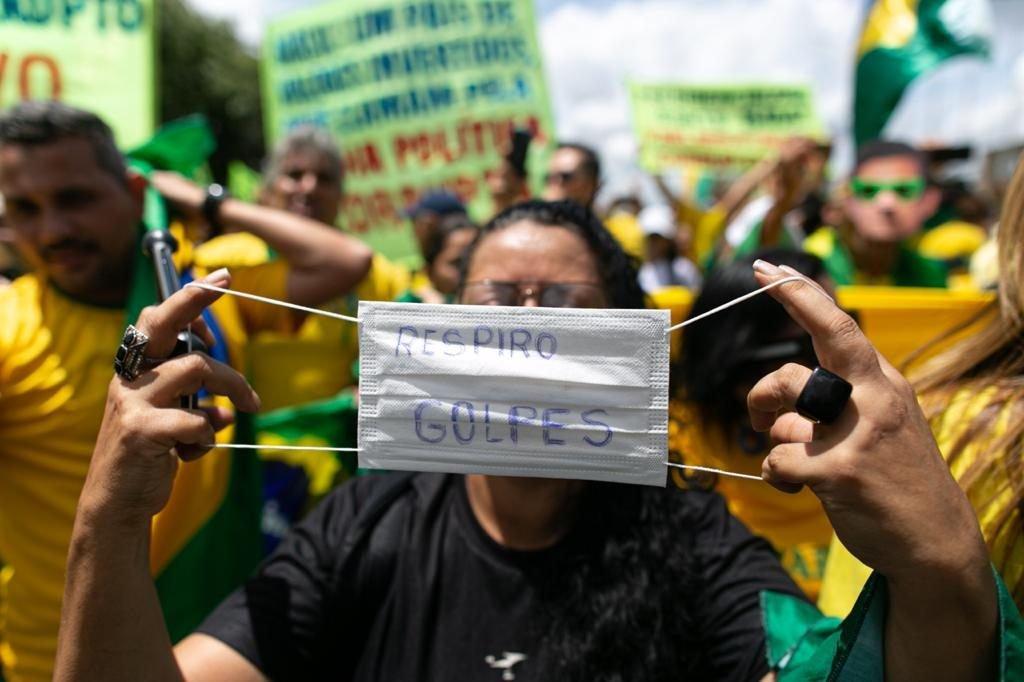 Presidente Jair Bolsonaro comprimenta manifestes em frente ao Palácio do Planalto