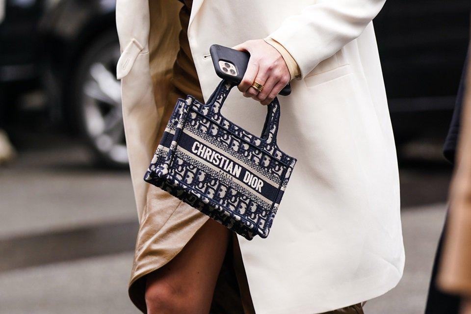 Mulher com bolsa de mão
