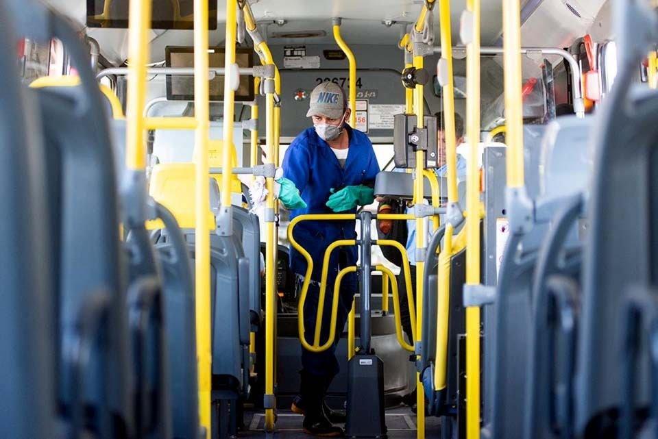 Funcionário de empresa limpa ônibus na rodoviária do Plano Piloto