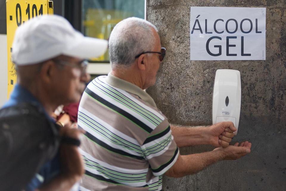 Pessoas usam álcool em gel contra o coronavírus na rodoviária do Plano Piloto