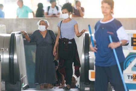 Pessoas usam máscaras contra o coronavírus na rodoviária do Plano Piloto